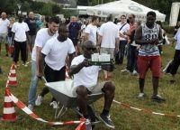 """Das Team """"The Internationals"""" legte sich beim Schubkarrenrennen genauso ins Zeug wie beim Gummistiefelweitwurf."""