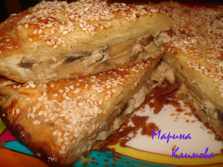 Пирог с курицей и грибами Готовое слоенно-дрожжевое тесто, Куриное филе - 1 грудка Грибы шампиньоны Лук - 1шт яйцо -2 шт 1 желток  кунжут  масло растительное соль, перец