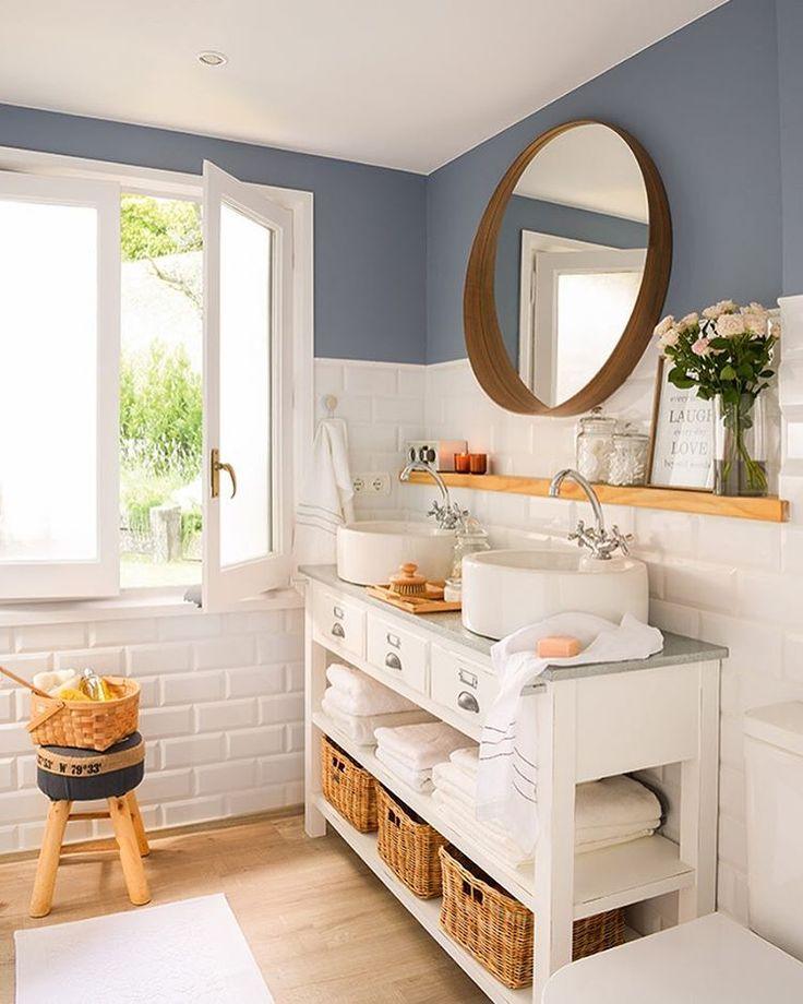¡Buenos días! ☀️ Empezamos semana con 3 baños realmente pequeños (el de la foto tiene 6m2) pero perfectos para compartir. A todos se les ha sacado partido y podéis verlos en El Mueble de abril. ¡Ánimo y a por el lunes! Fotografía: @stellarotger Estilismo: @sol_van_dorssen