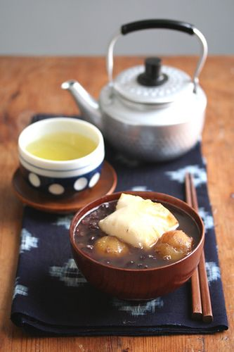 Japanese traditional sweets typically served around winter/ new year season. Adzuki sweet bean sylup with sweet chestnuts, grilled and puffed up sticky rice cake are in a bowl. > Kitsch-en > flickr