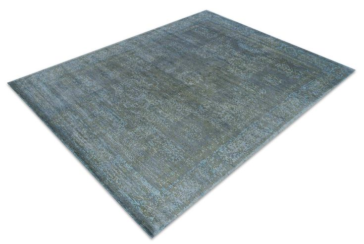 Der Tibey Lost Mamluk vereint die Antike mit der Moderne: Das Design dieses außergewöhnlichen Teppichs ist rund 700 Jahre alt, macht aber dank der frischen Farben und der spannenden Struktur in einer zeitgemäßen Einrichtung eine hochmoderne Figur.