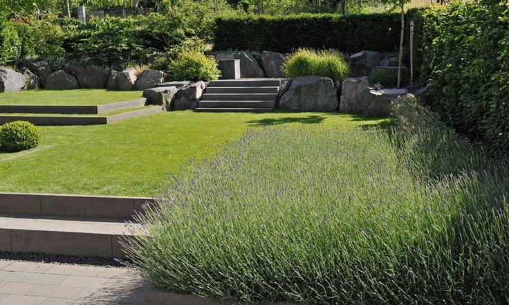 Unterschiedliche Ebenen im kleinen Garten