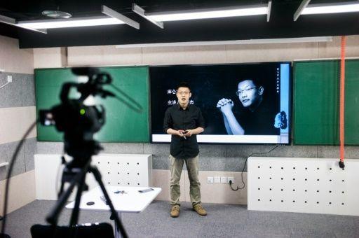 Sin ser una estrella del pop, Liu Jie cuenta en China con millones de fans adolescentes y gana hasta 40.000 euros al mes gracias a las miles de reproducciones de sus vídeos, en los que ofrece cursos en línea antes de la prueba de acceso a la universidad.