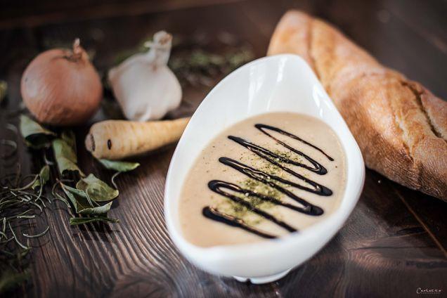 Feines Rezept für vegetarische, cremige Pastinakensuppe. Einfach aber sehr leckere Pastinakencremesuppe. Gemüsecremesuppe.