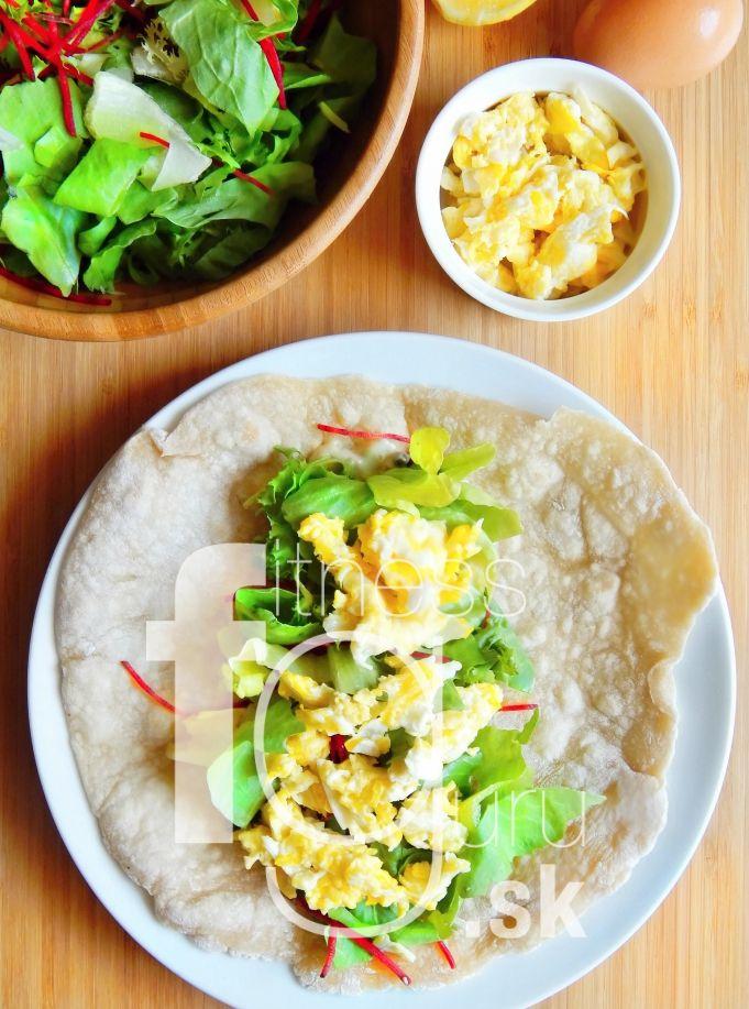 Snídaňový wrap s míchanými vajíčky a čerstvými bylinkami