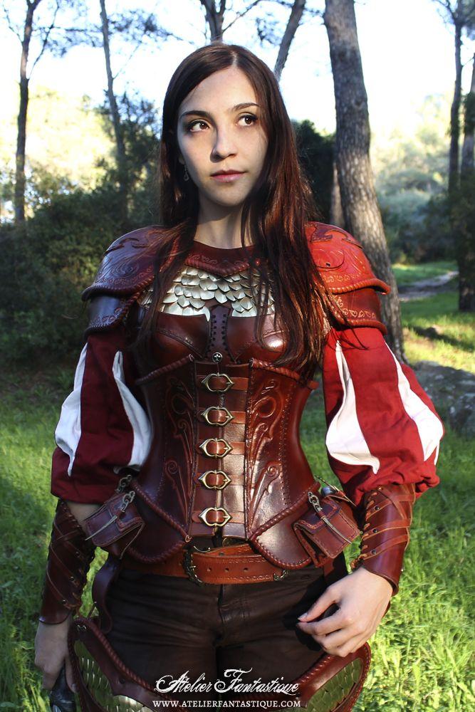 Armure femme GN medieval fantastique, écailles en métal et corset à pochettes. Medieval fantasy leather lady girl feminine female armor with scales and pouches corset