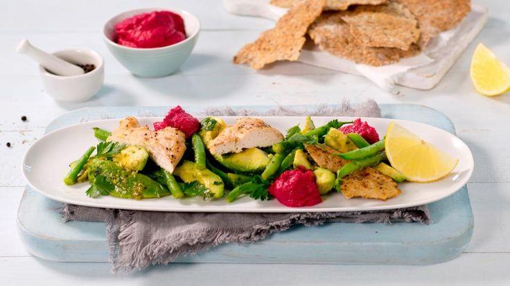 Oppskrift på Kylling med avokadosalat og rødbetehummus