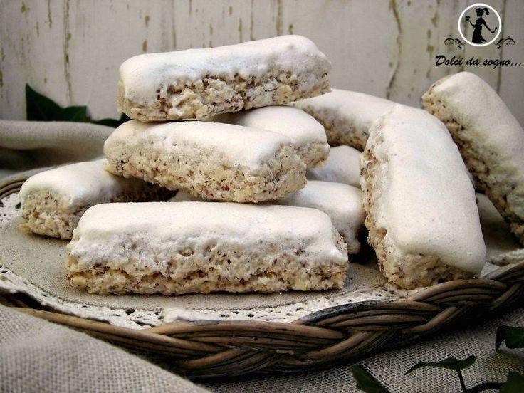 I torroncini o spumini, sono dei dolci tipici della tradizione abruzzese. Gli ingredienti sono davvero pochi. Sono realizzati con un impasto a base di mandorle, zucchero, scorza di limone, cannella in polvere e albume.