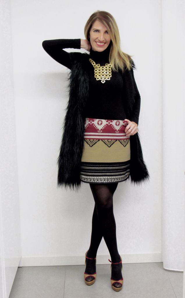 Un peluche addosso!!! Questo è un altro outfit by DressingDominae. Questo maxi gilet in eco pelliccia, si abbina perfettamente con maglietta in jersey collo alto, mini jupe a disegni etnici e sandalo nei colori del beige e Bordeaux