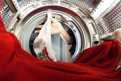 Schimmel in der Waschmaschine ist nicht nur eklig sondern auch gefährlich. Was Sie tun können und wie Sie dem dunklen Belag vorbeugen, verraten unsere Tipps.Gründliche Hausfrauen legen Wert auf eine saubere Wohnung, Hygiene in Küche und Bad, und vor allem saubere Kleidung. Also wird geputzt und gewaschen was das Zeug hält. Das Drumherum blinkt und blitzt, doch die Reinigung der Haushaltsge ...