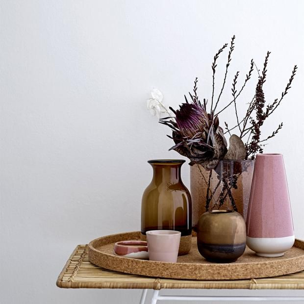 Vasen - mit Blumen im Herbst und Winter dekorieren:  Herbstliche Vasen in Braun und Rosa von Bloomingville