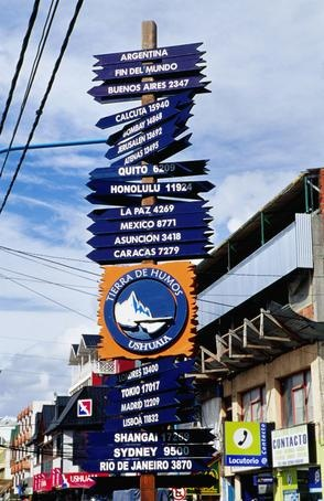 """Carteles indicando las distancias a todas partes del mundo, desde Tierra del Fuego, en el """"fin del mundo"""" ..."""