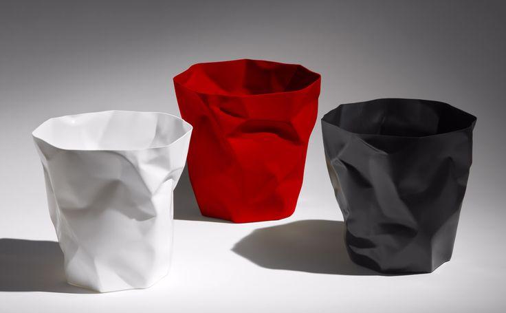 """Los papeleros """"Bin Bin""""  se convirteron rápidamente en un clásico diseño y ha sido el destinatario de no menos de tres premios internacionales. Parecido a un trozo de papel arrugado residuos Bin Bin afirma su función desde el momento en que lo veas."""