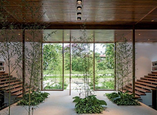 Hall | A área de circulação interna também recebeu bambus hachikus, mas desta vez com filodendros e singônios na base. As espécies foram plantadas em nichos criados no piso de granito branco aqualux (Foto: Leonardo Finotti e Luis Gomes)