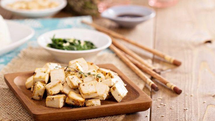 Tofu saltato in padella con sesamo ed erbe aromatiche, ricetta vegana con tofu
