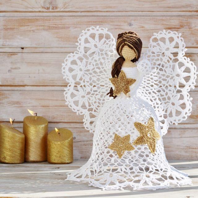 Anděl+hvězdu+snesl+na+zem....+New+look+-+nové+šaty,+nový+vzor.+Háčkovaná+Andělka+,+je+veliká+cca+32+-+35cm.+Je+uháčkovaná+z+bavlněné+bílé+příze+,+vlasy+jsou+z+příze+merino+se+zlatým+melírem.+Andělku+jsem+ozdobila+zlatými+hvězdami+(zahraniční+zlatá+příze+se+krásně+třpytí).+Krásná+dekorace+ne-jen+na+Vánoce.+Udělejte+radost+sobě,+nebo+darujte+andělku+k...