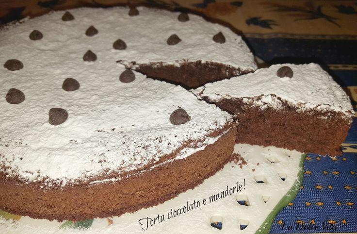 Una soffice torta cioccolato e mandorle da accompagnare con panna montata o gelato alla vaniglia, per quando avete voglia di coccolarvi!
