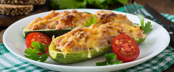 Gefüllte Zucchini mit Rinderhackfleisch gelingt leicht und schmeckt fantastisch. Das ist herzhafte Gemüseküche, die das Kalorienkonto nicht belastet.