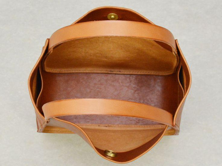 厚革を軸にユーフラテ革の柔らかな風合いや動きが活きる軽いレディーストートバッグ。S、Mの2サイズ展開で、SはA5ノートの入るお出かけサイズ、MはA4ファイルも入る大きめサイズです。マチが太く、容量もあるざっくりトートです。【Organ/オルガン】