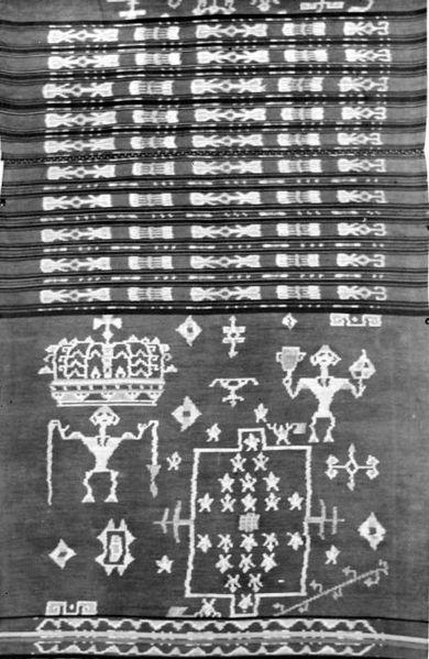 File:COLLECTIE TROPENMUSEUM Ikat weefsel volgens oude techniek maar met moderne motieven (voetbalveld met spelers) Tanimbar-eilanden Zuid Molukken TMnr 10014470.jpg