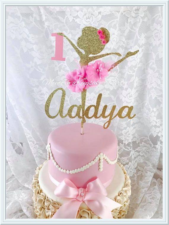 Para el amante de la bailarina en su vida, esta hermosa bailarina de la torta. Hemos tomado el concepto de una fiesta de cumpleaños de la bailarina y elevada con cartulina brillo de alta calidad. Esta decoración de bailarina se distingue con el uso de flores de seda real como su