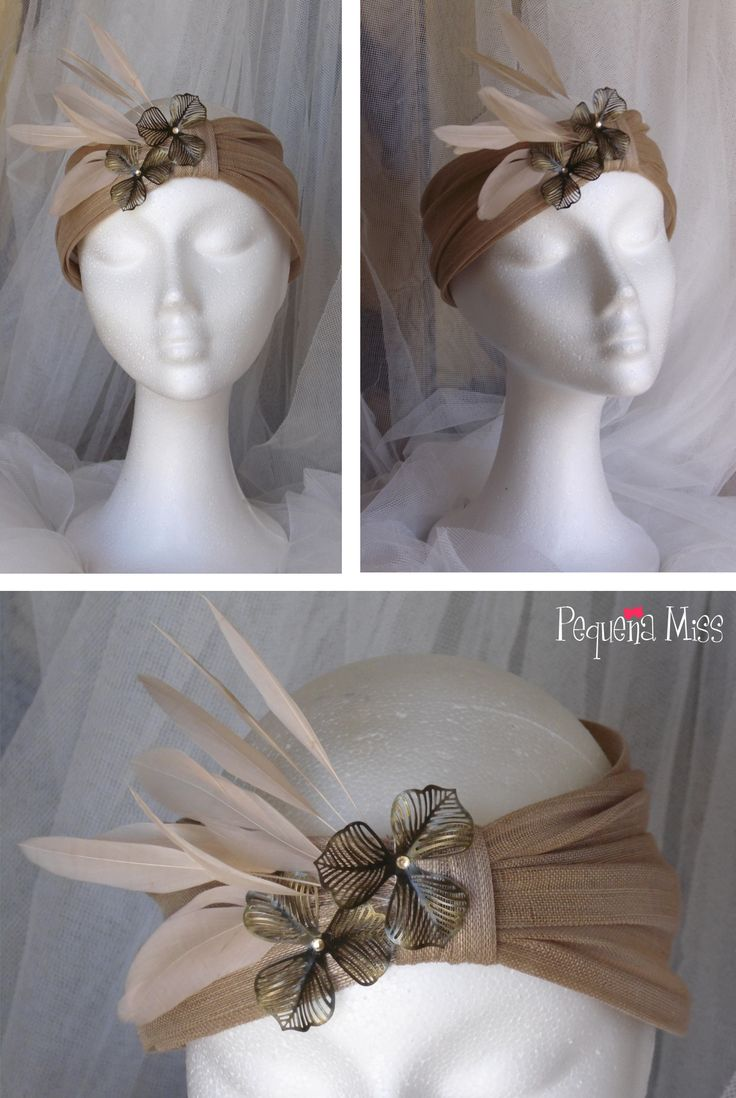 MISS ANA - Turbante realizado en sinamay de seda rosa nude que integra diferentes materiales en sus adornos: apliques de latón, plumas de antena de gallo y strass rosa nude como pistilos de las flores.