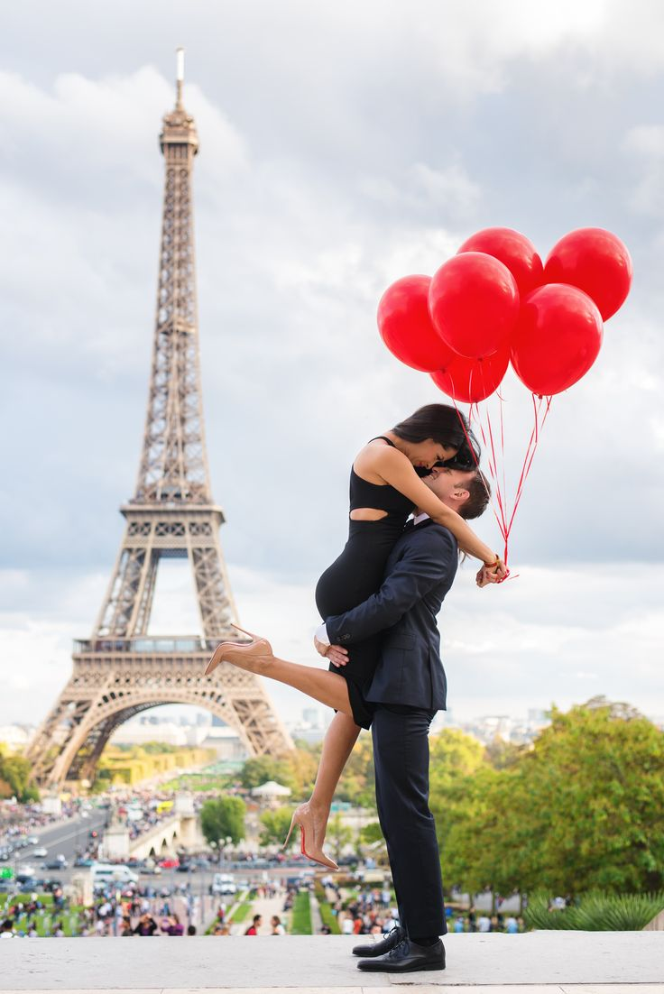 Red balloons, red soles, nude Louboutin's, killer lift, great connection and super hot couple, all this make for the perfect engagement picture in Paris. This image was captured in front of the Eiffel Toweer by Paris engagement photographer Fran Boloni