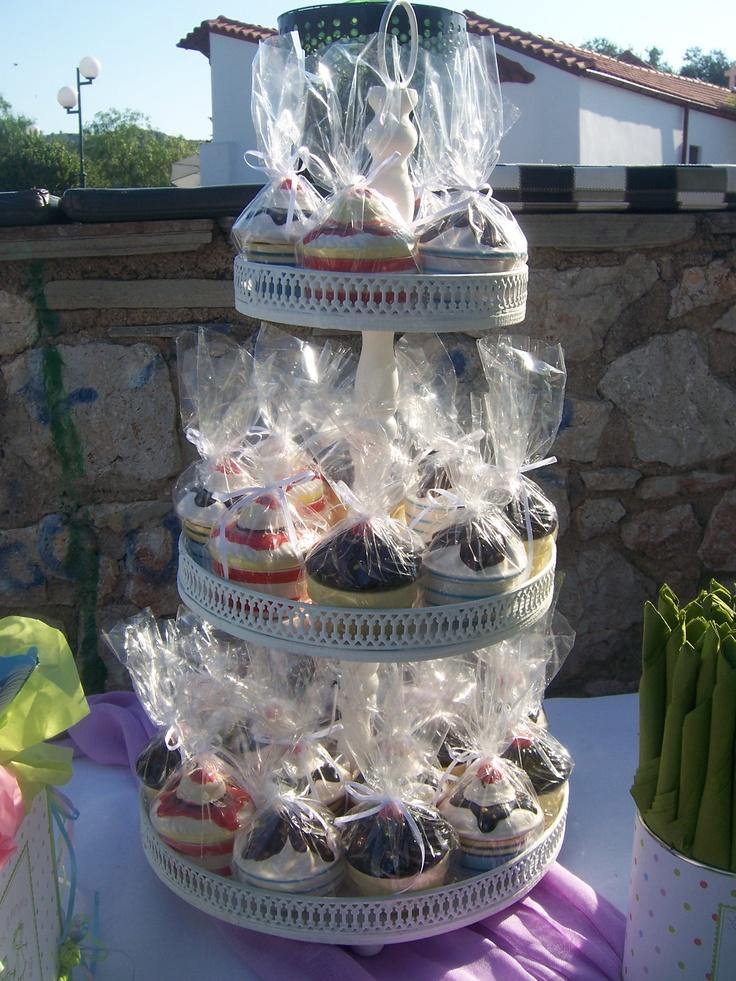 Τουρτέρια για διακόσμηση στο τραπέζι με τις μπομπονιέρες σε cup cake σχέδιο.