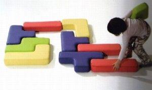 """i giochi della """"Play + Soft"""".  Tra le varie proposte di arredi morbidi per l'infanzia, ci sono infatti questa specie di cuscini morbidi e realizzati in materiale ecologico e ignifugo, dalle forme simili a quelle del gioco Tetris."""