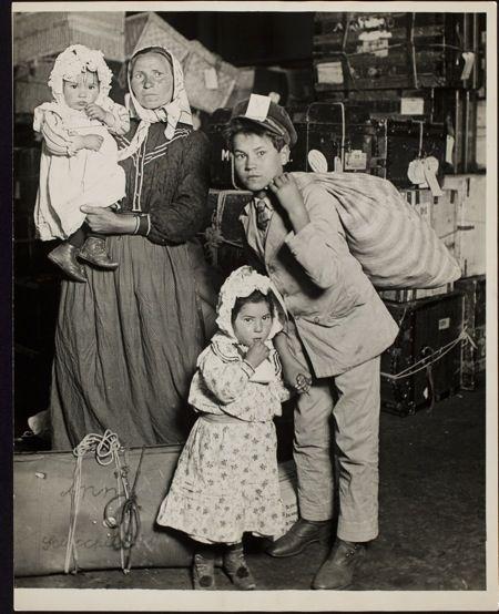 IlPost - 7 Lewis W. Hine, famiglia italiana aspetta i bagagli a Ellis Island Transfer from Photo League Lewis Hine Memorial Committee