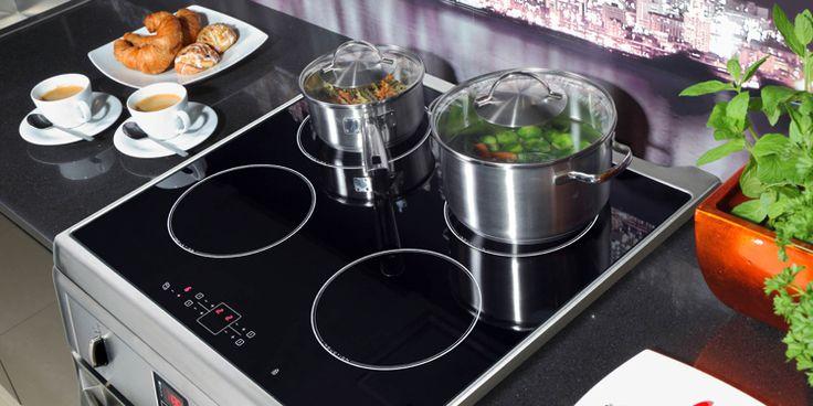 moderne Küche und Kochherd mit Ceranfeld