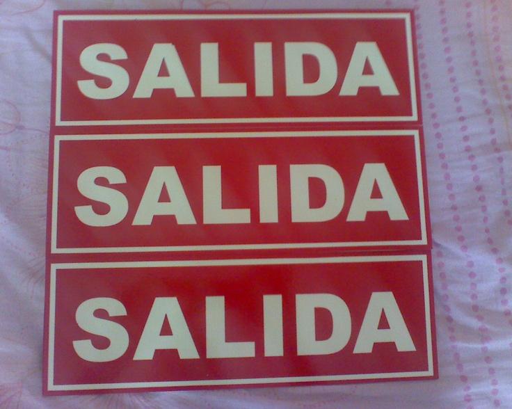 """Letrero de Salida Tamaño 4"""" x 12"""" con Fondo FotoLuminicente y letras cortadas en Vinyl Rojo."""