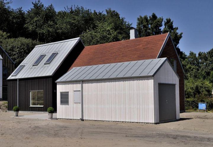 L'abitazione disegnata da Sandell Sandberg a Kivik, nella Svezia meridionale, reinterpreta il tipico capanno dei pescatori e si compone di due volumi principali, più un deposito per attrezzi e biciclette a fianco. Materiali: mattoni artigianali danesi, legno di pino e zinco