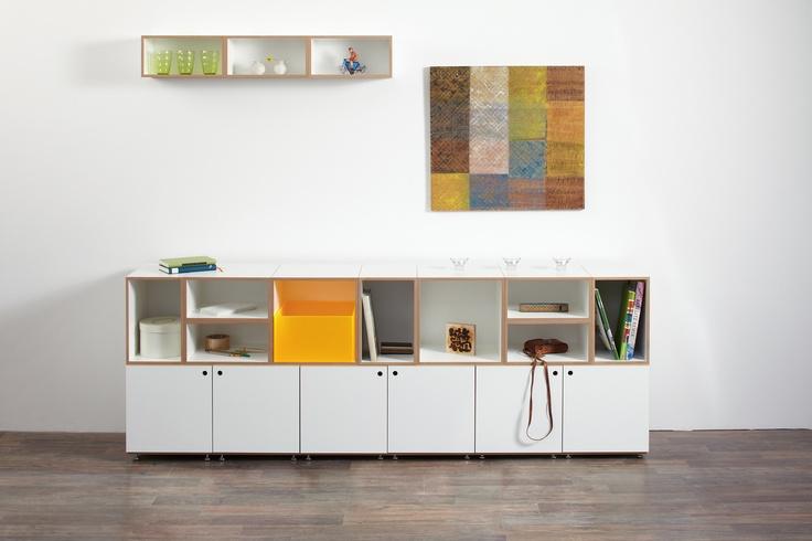 Hier ein Sideboard aus Cubes mit und ohne Türen, und ein paar halbe Tiefen oben an der Wand aufgehängt.