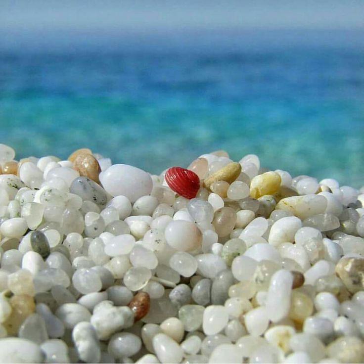 La particolarità della spiaggia di Is Aruttas a Cabras (chicchi di quarzo bianchissimi in contrasto con i toni verde azzurro del mare )- Sardinia -Cerdeña- Sardegna-Sardinien