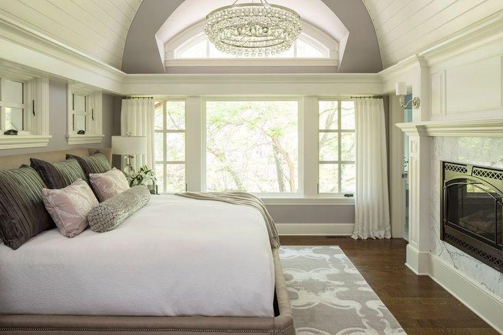 Dieses Schlafzimmer zeigt wie eine Mischung aus einem hellen Farbton lila und weiß den Raumblick fröhliche und erfrischende machen kann.