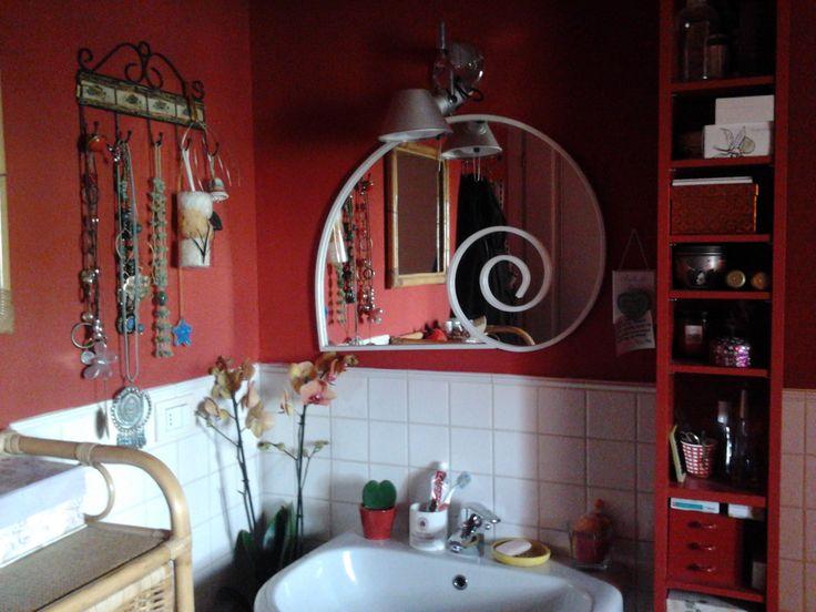 BAGNO - un deposito di vecchi arredi, cose che mi piacciono e un colore caldo ed energico per partire con slancio tutti i giorni