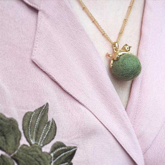🌿🌸:: The Kitten & Wool Ball Pendant || Khaki :: 🌸🌿  .  .  .  #BillSkinner #khaki #embroidery #embroidered #kittens #kittenjewellery #kittenjewelry #cats #wool #craft #playingkittens #jewelrydesigner #jewellerylovers #fashion #style #catsofinstagram