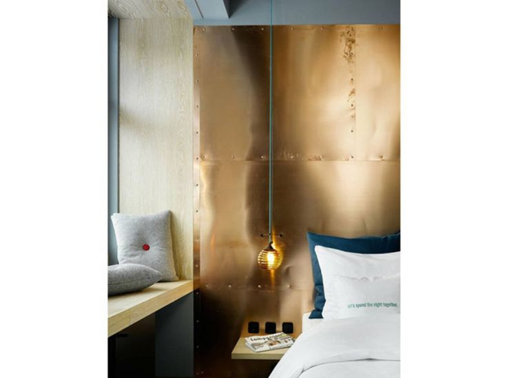 Des plaques de cuivre en tête de lit