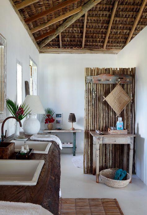 Lavabo | O ambiente tem diversos apoios e duas pias encaixadas na tora por Elma Chaves (Foto: Evelyn Müller / Living Inside)