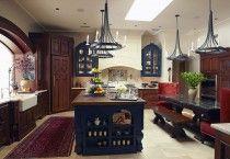 Уникальную атмосферу средневековья на кухне позволяют создать не только предметы мебели, выполненные из темного дерева, но и колоритные элементы декора.