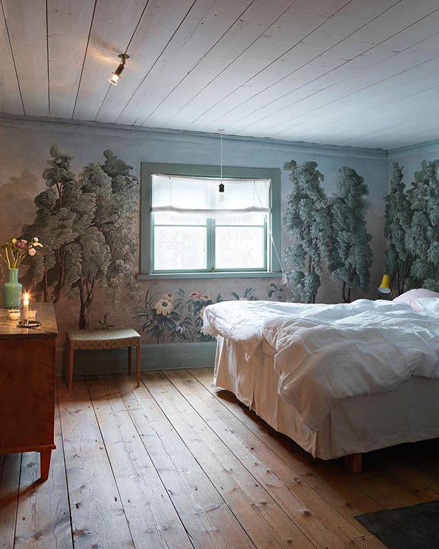Kan ett sovrum bli mycket drömmigare än så här? 💕 Här kan vi verkligen tänka oss att vakna upp på julaftons morgon. ✨ Fler bilder från det här makalöst mysiga hemmet finns på elledecoration.se och i senaste numret som finns ute i butik nu! 👌🏻 Styling: Cia Wedin och foto: @stellanherner #elledecorationse #inredningsinspiration #interior #hemmahos