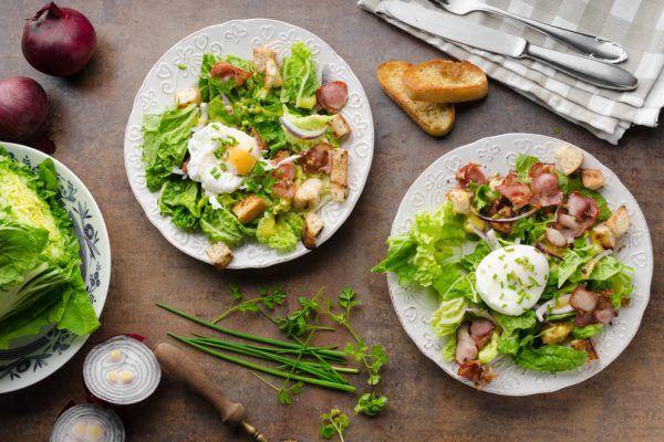 Salade frisée aux lardons et œufs mollets