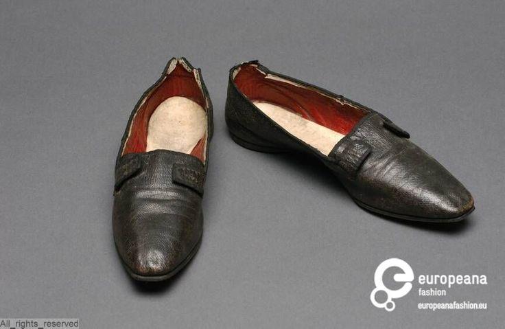 Platte schoenen met zwart bovenleder, met rondom zwart zijden lint; voering in rood leder on www.europeanafashion.eu