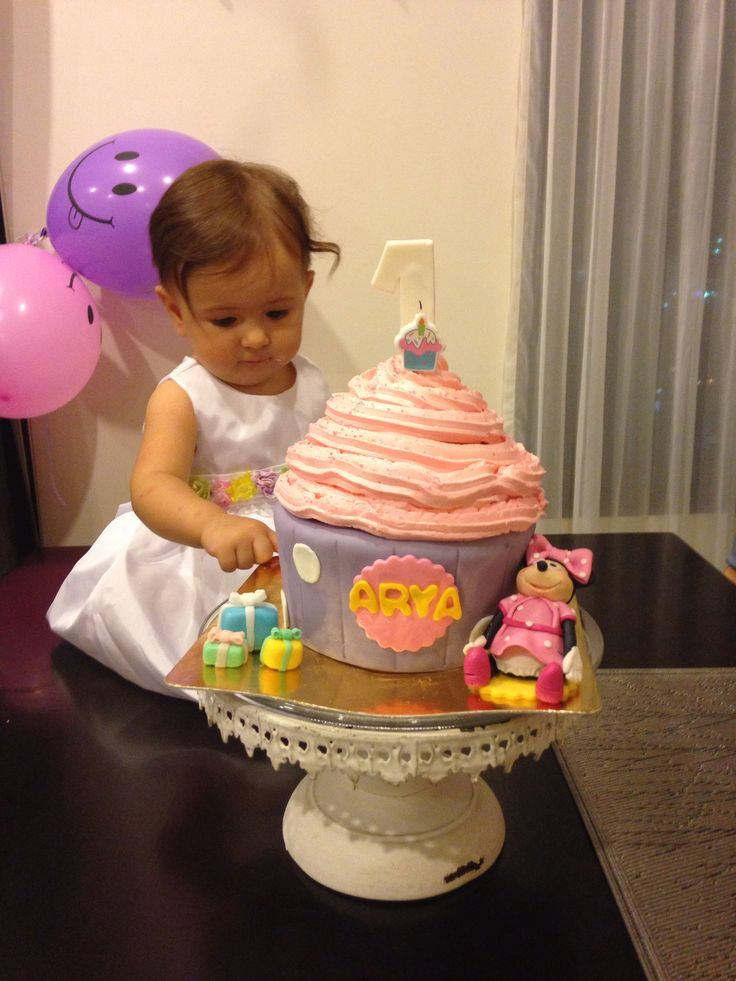 Cupcake baby with giant Cupcake cake