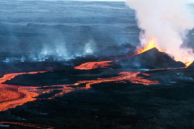 Bardarbunga volcano erupts in Iceland under Northern Lights  16 September, 2014