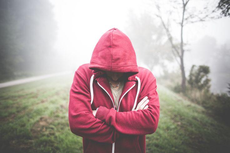 Descarga gratis y en alta definición esta foto de un chico con sudadera roja sobre un fondo con niebla. Tenemos cientos de imágenes gratis. > http://imagenesgratis.eu/imagen-gratis-de-un-chico-con-sudadera-roja-y-capucha/