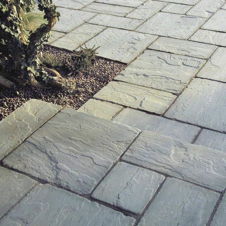 gros plan sur la texture poreuse des dalles de terrasse en pierre naturelle en relief