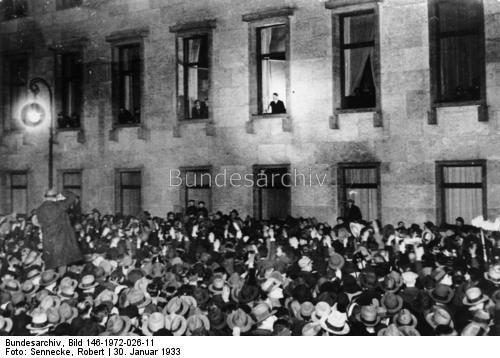 30. Januar 1933 Hitler am Fenster der Reichskanzlei in der Wilhelmstraße in Berlin bei der Entgegennahme der Ovationen der Bevölkerung am Abend des Tages.