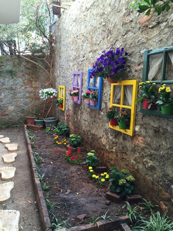 Eski ahşap pencerelerden bahçe dizaynı